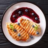 Żywienioniowy wyśmienicie jedzenie: Piec na grillu kurczak polędwicowy z czarną jagodę sa fotografia royalty free