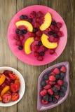 Żywienioniowy, zdrowy jedzenie, czernica, malinka, nektaryna na talerzu na talerzu Jarski jedzenie na drewnianym tle zdjęcie royalty free