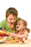 żywieniowa dziewczyna jej mała matka zdjęcie stock
