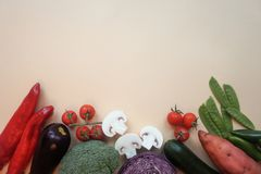 Żywności organicznej tło Karmowi różni warzywa odizolowywający fotografii lekki tło kosmos kopii fotografia stock