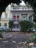 Żywopłotu łuk z starym domem zdjęcia royalty free