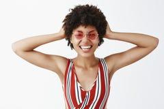 Żywy beztroski i optymistycznie życie Portret radosna atrakcyjna młoda kobieca amerykanin afrykańskiego pochodzenia kobieta w mod fotografia stock