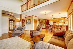 Żywy pokój z wysokiego sufitu, kuchni i skóry kanapą. Zdjęcia Stock