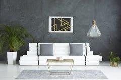 Żywy pokój z złoto stołem obrazy royalty free