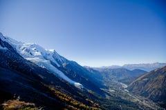 Żywy słońce w górach w szwajcarach blisko Genewa, niebieskiego nieba, Eurone natury, kamieni i świeżego powietrza snowly, obraz stock