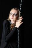 Żywy trup dziewczyna z czernią drzeje gardło chwytów łańcuch i ciie obrazy stock