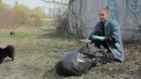 Žytomyr, Ucraina - 21 maggio 2018: Ecologi amichevoli che puliscono nel parco archivi video