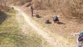 Žytomyr, Ucraina - 21 maggio 2018: Ecologi amichevoli che puliscono nel parco stock footage