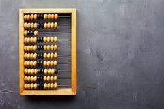 Άβακας λογιστικής στο γκρίζο κατασκευασμένο υπόβαθρο Στοκ Φωτογραφία
