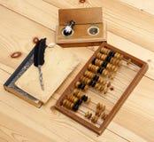 Άβακας που λογαριάζει το ξύλινο εκλεκτής ποιότητας σύνολο γραφείων βιβλίων δοχείων μελανιού μολυβιών Στοκ Φωτογραφία