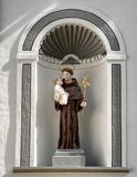 Άγαλμα Αγίου Anthony της Πάδοβας στην αλκόβα στο μέτωπο της εκκλησίας του Corpus Christi, Klastery, Cesky Krumlov, Δημοκρατία της στοκ φωτογραφία με δικαίωμα ελεύθερης χρήσης
