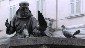 Άγαλμα Αγίου Francis Assisi, Vigevano, PV, Ιταλία απόθεμα βίντεο