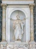 Άγαλμα Αγίου Peter στο μέρος της βασιλικής του Saint-Paul έξω από τους τοίχους Ιταλία Ρώμη στοκ εικόνες