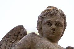 Άγαλμα αγγέλου παιδιών στο νεκροταφείο πόλεων που απομονώνεται με το άσπρο backg Στοκ Φωτογραφία