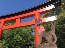 Άγαλμα αλεπούδων στη λάρνακα Fushimi Inari - Κιότο, Ιαπωνία Γλυπτό, διάσημο Στοκ Εικόνες