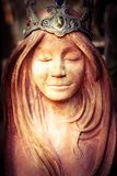 Άγαλμα βασίλισσας με την κορώνα που συλλογίζεται σιωπηλά Στοκ Εικόνες