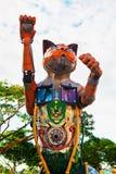 Άγαλμα γατών με την κάλυψη πόλεων Kuching των όπλων στοκ εικόνα
