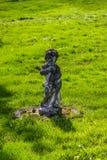 Άγαλμα ενός αγγέλου παιδιών φιαγμένου από ελαφριά πέτρα στοκ εικόνα με δικαίωμα ελεύθερης χρήσης