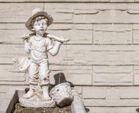 Άγαλμα ενός αγοριού που φέρνει δύο καλάθια Στοκ Εικόνα