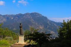 Άγαλμα ενός μοναχού σε ένα βουνό στοκ εικόνα με δικαίωμα ελεύθερης χρήσης