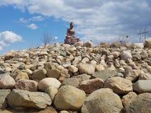 Άγαλμα επάνω στον τρόπο βράχου Στοκ Εικόνες