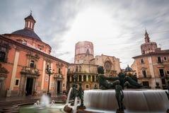Άγαλμα και βασιλική Plaza de Λα Virgen, Βαλένθια Στοκ φωτογραφία με δικαίωμα ελεύθερης χρήσης