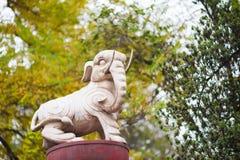 Άγαλμα λευκών ελεφάντων ενάντια στα δέντρα στην Κίνα Στοκ Εικόνες