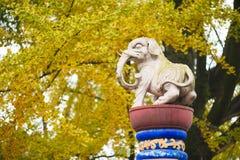 Άγαλμα λευκών ελεφάντων ενάντια στα δέντρα στην Κίνα Στοκ Εικόνα
