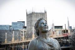 Άγαλμα μιας ισχυρής γυναίκας με το εργοτάξιο οικοδομής στο υπόβαθρο στο Όσλο στοκ εικόνες με δικαίωμα ελεύθερης χρήσης