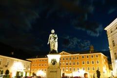 Άγαλμα Μότσαρτ στο τετράγωνο που φωτίζεται τη νύχτα και χρυσό στο colo Στοκ Φωτογραφίες