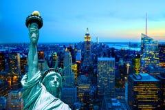 Άγαλμα οριζόντων πόλεων του Μανχάταν Νέα Υόρκη της νύχτας σούρουπου ηλιοβασιλέματος ελευθερίας Στοκ Εικόνες