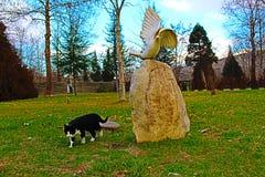 Άγαλμα περιστεριών και γατών στο πάρκο σε Rupite σύνθετο στοκ εικόνες