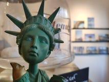 άγαλμα που τρώει το παγωτό στοκ εικόνα με δικαίωμα ελεύθερης χρήσης