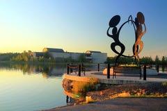 Άγαλμα σε Sombe K& x27 πάρκο ε και πολιτικό Plaza με το βόρειο κέντρο κληρονομιάς Πρίγκηπων της Ουαλίας, Yellowknife στοκ εικόνα