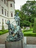 Άγαλμα σιδήρου ατόμου και δύο σκυλιών Στοκ Εικόνα