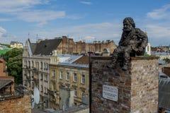 Άγαλμα στη στέγη του κτηρίου στην πόλη Lviv στην Ουκρανία Στοκ Φωτογραφίες