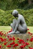 Άγαλμα στη φυτεία με τριανταφυλλιές στοκ εικόνες με δικαίωμα ελεύθερης χρήσης