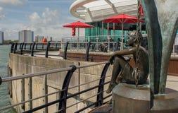 Άγαλμα στις αποβάθρες Gunwharf, Πόρτσμουθ, Αγγλία στοκ φωτογραφία
