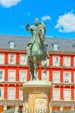 Άγαλμα στο μέσο Plaza δήμαρχος-Felipe ΙΙΙ 1616, με τα touris Στοκ Φωτογραφίες