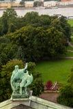 Άγαλμα στο υπόβαθρο ενός πράσινου πάρκου Στοκ Εικόνες