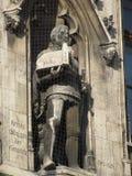 Άγαλμα στο Ratskeller με την εκκλησία Στοκ Φωτογραφίες