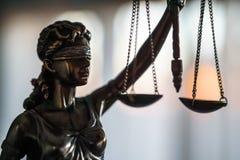 Άγαλμα της δικαιοσύνης με τις κλίμακες στο γραφείο δικηγόρων στοκ φωτογραφία