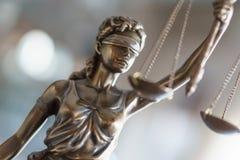 Άγαλμα της δικαιοσύνης με τις κλίμακες στο γραφείο δικηγόρων στοκ εικόνες με δικαίωμα ελεύθερης χρήσης