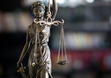 Άγαλμα της δικαιοσύνης με τις κλίμακες στο γραφείο δικηγόρων στοκ φωτογραφία με δικαίωμα ελεύθερης χρήσης