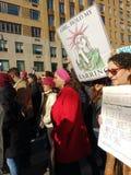 Άγαλμα της ελευθερίας, αστείο σημάδι, γυναίκες ` s Μάρτιος, NYC, Νέα Υόρκη, ΗΠΑ Στοκ εικόνα με δικαίωμα ελεύθερης χρήσης