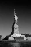 Άγαλμα της ελευθερίας και του νησιού ελευθερίας σε μια ηλιόλουστη ημέρα, Νέα Υόρκη Στοκ Εικόνα