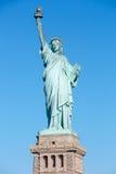 Άγαλμα της ελευθερίας με το βάθρο σε μια ηλιόλουστη ημέρα, Νέα Υόρκη Στοκ Φωτογραφίες