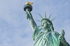 Άγαλμα της ελευθερίας στο βαθύ μπλε ουρανό Στοκ Εικόνα