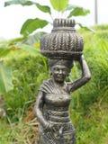 Άγαλμα της θεάς της Dewi Sri του ρυζιού και της γονιμότητας στην είσοδο ενός μεγάλου ορυζώνα ρυζιού στο κέντρο του νησιού του Μπα στοκ εικόνα