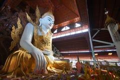Άγαλμα της συνεδρίασης Βούδας σε Yangon, Βιρμανία, Ασία Στοκ Εικόνες